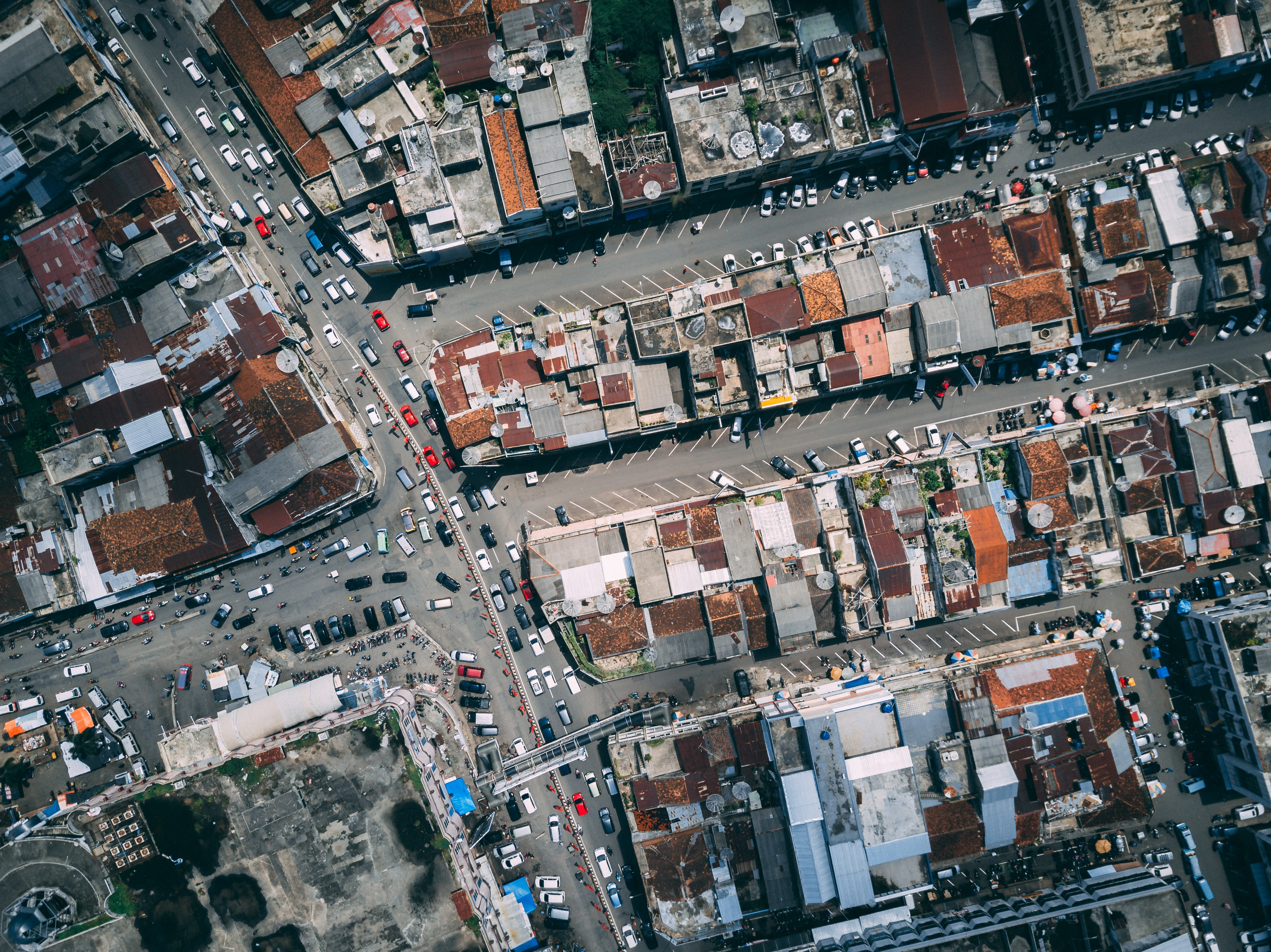 Birds-eye image of cars on a road in a city